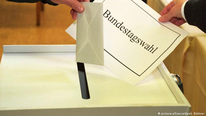 Symbolbild Wahlurne Bundestagswahl (picture-alliance/dpa/J. Büttner)