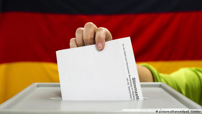 Symbolbild Wahlurne Bundestagswahl (picture-alliance/dpa/J. Güttler)
