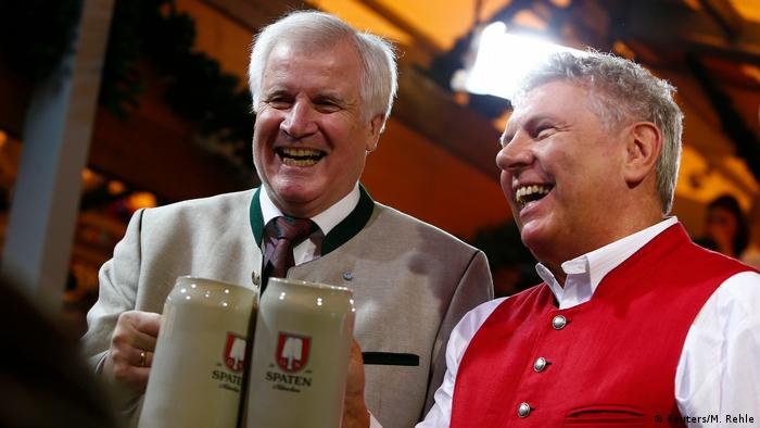 Bavarian state Premier Horst Seehofer (L) and Munich mayor Dieter Reiter REUTERS/Michaela Rehle
