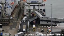 Lorries disembark a ferry at Britain's port of Dover (picture-alliance/AP Photo/M. Durham)