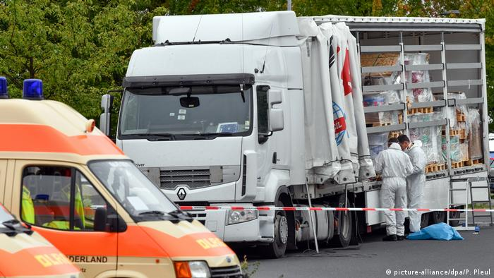Police in Brandenburg inspect a truck used by people-smugglers (picture-alliance/dpa/P. Pleul)