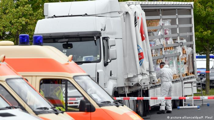 Investigators inspect a truck that was transporting 51 migrants illegally across the border into Germany (picture-alliance/dpa/P. Pleul)