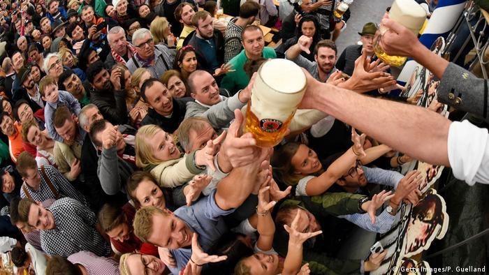 München Oktoberfest 2017 Auftakt Freibier Paulaner (Getty Images/P. Guelland)