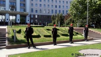 Полицейские перед парламентом Молдавии