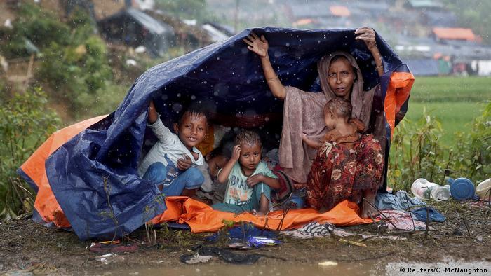 Más de 520.000 niños rohinyás albergados en campamentos de refugiados en Bangladesh se encuentran en riesgo ante la llegada de las lluvias relacionadas con la temporada de ciclones y monzones debido al peligro de enfermedades, inundaciones y deslizamientos de tierra, alertó UNICEF. (16.01.2018).