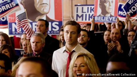 Still aus The Ides of March mit Ryan Gosling in Menschenmenge mit George Clooney auf Wahlkampfplakaten (Foto: picture-alliance/Everett Collection)