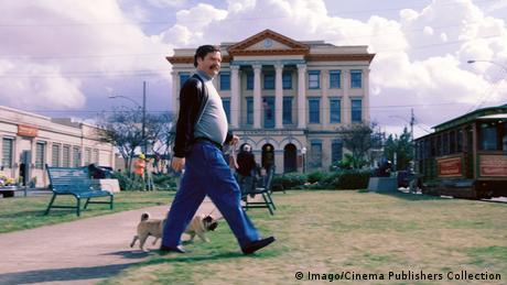 Still aus The Campaign (Die Qual der Wahl) mit Zach Galifianakis beim Hundespaziergang in einer amerikanischen Stadt (Bild: Imago/Cinema Publishers Collection)