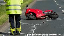 ARCHIV - Ein Unfallforscher untersucht am 16.05.2014 ein Motorrad an einer Unfallstelle in der Innenstadt von Hannover (Niedersachsen). (zu dpa «Motorradunfälle in Thüringen» vom 10.09.2017) Foto: Julian Stratenschulte/dpa +++(c) dpa - Bildfunk+++ | Verwendung weltweit