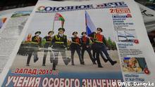 Thema Wie Medien in Belarus über Militärmanöver Sapad-2017 berichten, die unsere Korrespondentin in Minsk Elena Daneyko im September gemacht hat. Auf den Bildern sind Zeitungen mit den Publikationen zum Thema Sapad-2017. Schlüsselworter: Belarus, Minsk, Weißrussland, Medien in Belarus, Sapad-2017, Gennadi Maksak, Elena Daneyko