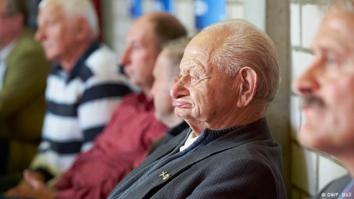 Ein älterer Mann sitzt im Publikum und beobachtet die CSU-Wahlveranstaltung von Emmi Zeulner in Ludwigschogast (Foto: DW/P. Böll)