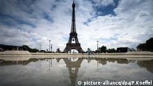 ARCHIV - Der Eiffelturm in Paris (Frankreich) spiegelt sich am 19.05.2016 in einer Pfütze. (zu dpa «Glasmauer um den Eiffelturm soll Besucher schützen» vom 09.02.2017) Foto: Peter Kneffel/dpa +++(c) dpa - Bildfunk+++ | Verwendung weltweit