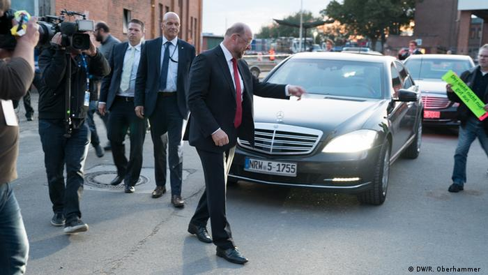 Martin Schulz (SPD) in front of a car and surrounded by security