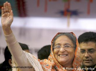 (FILES) Picture dated 21 December 2008 shows Bangladeshi former prime minister and president of the Awami League Sheikh Hasina Wazed waving to supporters in a election campaign rally at Motijheel, Dhaka, Bangladesh. Bangladesh?s Awami League-led alliance of former premier Sheikh Hasina Wazed won a landslide victory in general elections, officials said 30 December 2008. According to the election commission, the Awami League alliance won 262 out of 299 parliamentary seats while its main rival, the Bangladesh Nationalist Party-led alliance, took only 32 seats. EPA/ABIR ABDULLAH +++(c) dpa - Report+++