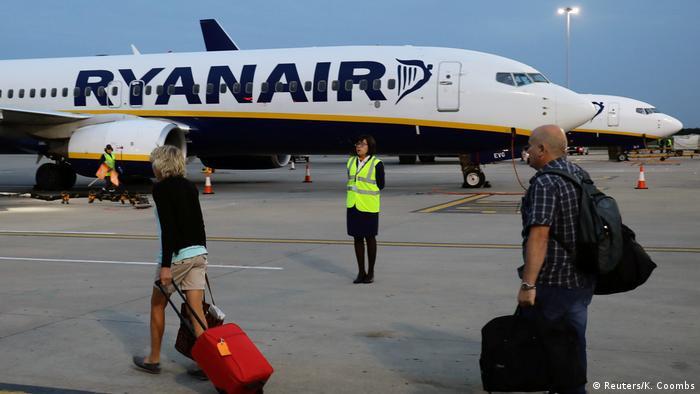 Großbritannien Ryanair Fluggäste am Flughafen Stansted in London