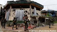 MARAWI, PHILIPPINES - SEPTEMBER 14: Members of the Philippine Marines 1st Brigade conduct clearing operation at the main battle zone to liberate the ruined city from the presence of Daesh terrorists in Marawi City, Philippines on September 15, 2017. Since May 23, the government faced 148 deaths; 660 on the opposition side as 45 civilians were killed by Daesh militants. The clashes flared up when soldiers and policemen moved to arrest Isnilon Hapilon, the acknowledged head of the Daesh in Mindanao who is on the list of United States' most wanted terrorist. However, they were hit by a big force of gunmen composed of militants from the Maute group, backed by an undetermined number of foreign fighters.The Fighting displaced more than400,000 people scattered in various evacuation centers in Lanao del Sur. Jeoffrey Maitem / Anadolu Agency | Keine Weitergabe an Wiederverkäufer.