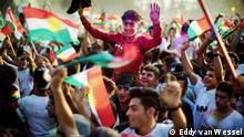 Menschen mit Flaggen auf einem Platz in Erbil, aufgenommen September 2017