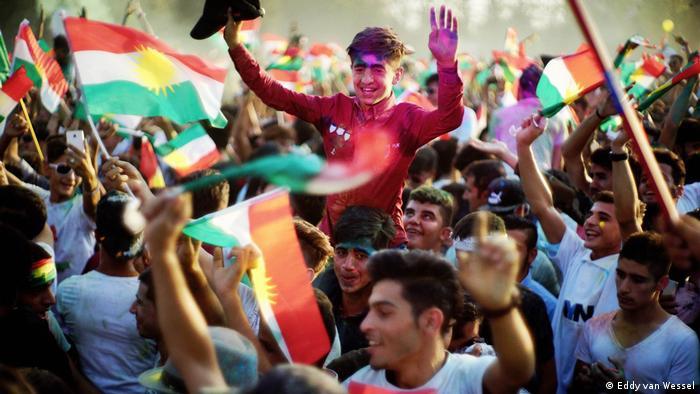Menschen mit Flaggen auf einem Platz in Erbil, aufgenommen September 2017 (Eddy van Wessel)