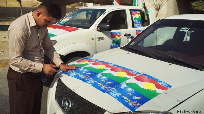 Ein Anhänger der Ja-Kampagne klebt Aufkleber auf seinem Auto auf, aufgenommen in Sulaimaniya (Sept 2017) (Eddy van Wessel)