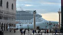 FILE - epa03876634 Luxutry cruise liner 'MSC Divina' passes in front of San Marco Square in Venice, Italy, 21 September 2013. EPA/ANDREA MEROLA (zu dpa «Rummel statt Romantik: Venedig versinkt im Massentourismus» vom 21.08.2016) +++(c) dpa - Bildfunk+++ |