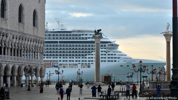 Grandes cruzeiros como o da foto foram proibidos em Veneza para preservar a cidade