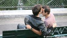 Zwei junge Männer küssen sich auf einer Bank vor der Basilica Sace-Coeur auf dem Montmartre in Paris, aufgenommen am 12.09.2008. Foto: Waltraud Grubitzsch +++(c) dpa - Report+++