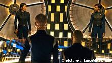 HANDOUT - Michelle Yeoh als Captain Philippa Georgiou (l-r) und Sonequa Martin-Green als First Officer Michael Burnham in einer Szene aus «Star Trek: Discovery» (undatiert). Mehr als 50 Jahre nach ihrem Debüt kehrt die Fernsehserie «Star Trek» auf den Bildschirm zurück. Sie wird ab dem 25.09.2017 unter dem Titel «Star Trek: Discovery» jeweils montags beimStreaminganbieter Netflix zu sehen sein. (zu dpa Zehn Jahre vor Captain Kirk: «Star Trek» kehrt zurück vom 12.09.2017) ACHTUNG: Verwendung nur im Zusammenhang mit der Berichterstattung über das Streaming der Serie Star Trek: Discovery und nur mit Urhebernennung Foto: Jan Thijs/CBS Interactive/Netflix/dpa +++(c) dpa - Bildfunk+++ |