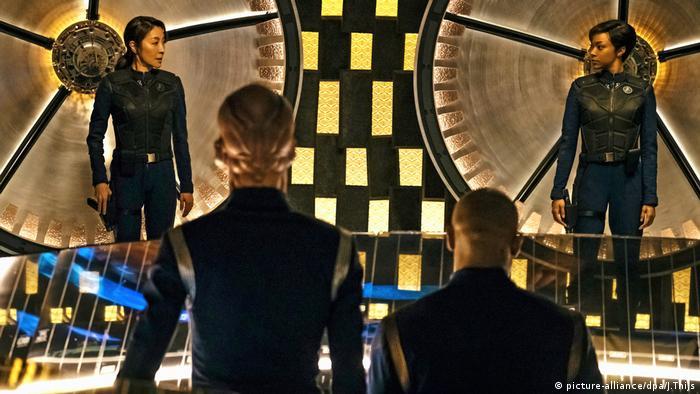 Michelle Yeoh (links) als Captain Philippa Georgiou und Sonequa Martin-Green (rechts) in der neuen Star Trek Serie (Foto: picture-alliance/dpa/J.Thijs)
