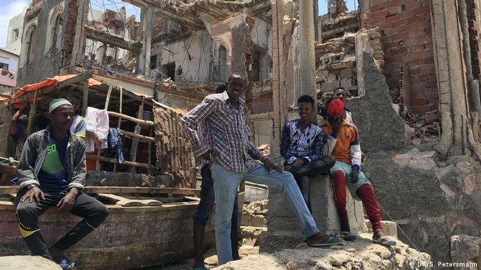 Young men sit in the ruins of a building (DW/S. Petersmann)