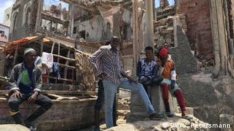 Somalia Mogadischu | Männer in Altstadtruinen