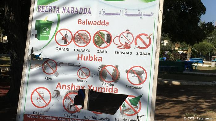 A poster at the entrance to Peace Park tells visitors to leave behind their weapons (DW/S. Petersmann)