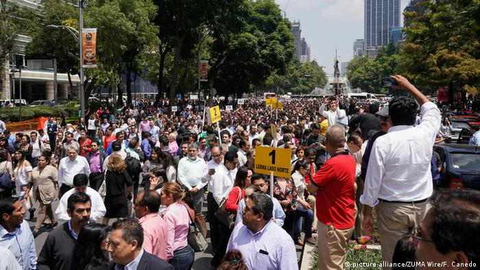 People gather on a street after an earthquake in Mexico City (picture-alliance/ZUMA Wire/F. Canedo)