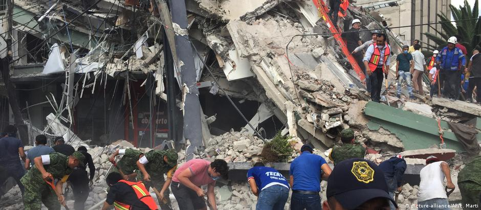Rescue workers search for survivors after Mexico earthquake (picture-alliance/AP/E. Marti)