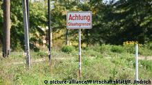OSTGRENZE (Sujet), Grenze zwischen Österreich und Ungarn beim Industriezentrum Heiligenkreuz, aussen, Sujet, Feature, Fahne, Schild, Hungary, Grenzstrasse, Staatsgrenze | Verwendung weltweit
