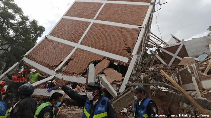 спасатели у разрушенного здания в Мехико