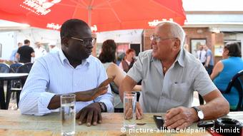 Diaby discussing politics with a pensioner at a past event (picture-alliance/dpa/H. Schmidt)