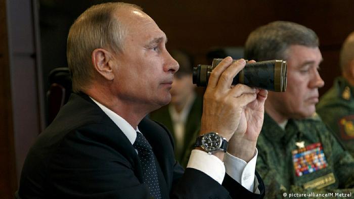 Владимир Путин наблюдает за военными учениями Запад-2017 (фото из архива)