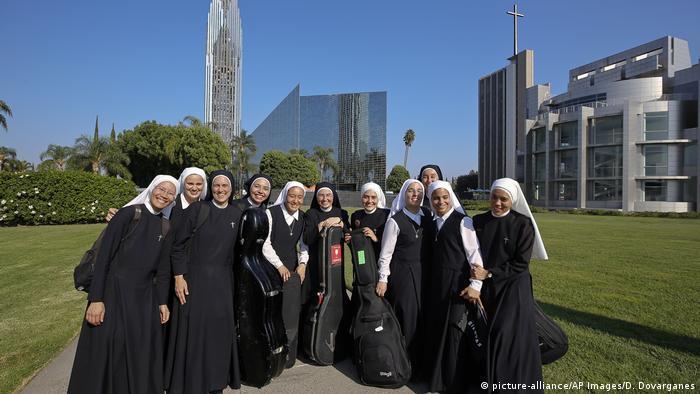 El grupo musical Las siervas está compuesto por once monjas, el mismo número que tiene un equipo de fútbol. Los conciertos de estas hermanas entusiasman a miles de personas en todo el globo.