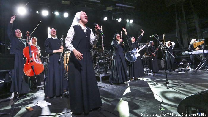 Las once monjas peruanas no solo arrasan con todo en internet. En 2016, un sacerdote mexicano descubrió sus videos y las invitó a Ciudad Juárez a dar un concierto para el Papa Francisco. Reunieron cerca de 250.000 espectadores.