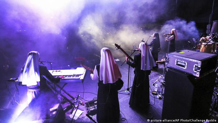 Con su primer videoclip, Confía en Dios, la banda de rock peruana Las siervas hace furor en todo el mundo. Su misión es difundir un mensaje de amor y fe a través de la música.