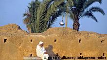 Marokko ein Mann in der Abendsonne beim Hassanturm in Rabat