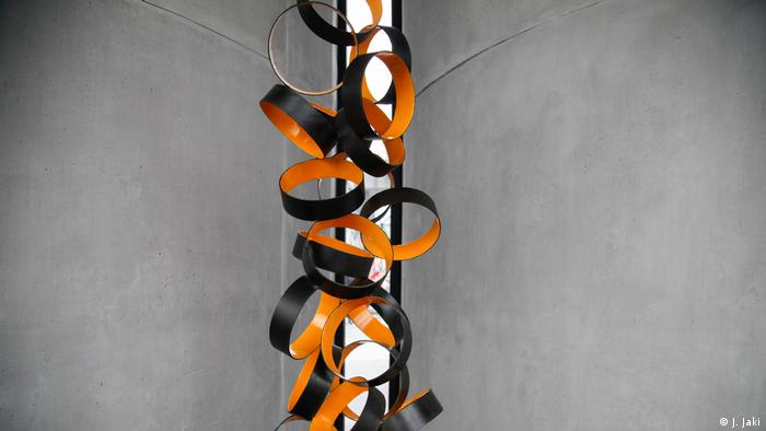 metal sculpture, black and orange rings, by Kyle Morland (Foto: J. Jaki)
