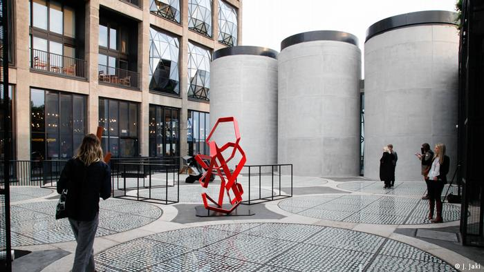 Sculpture garden of musuem, building wuith red sculpture in the foreground (Foto: J. Jaki)