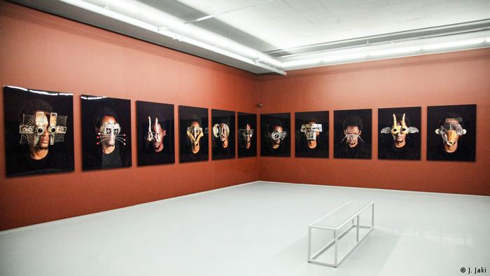 exhibition room with photos of heads with masks and glasses (MOCAA) in Kapstadt (Foto: J. Jaki)