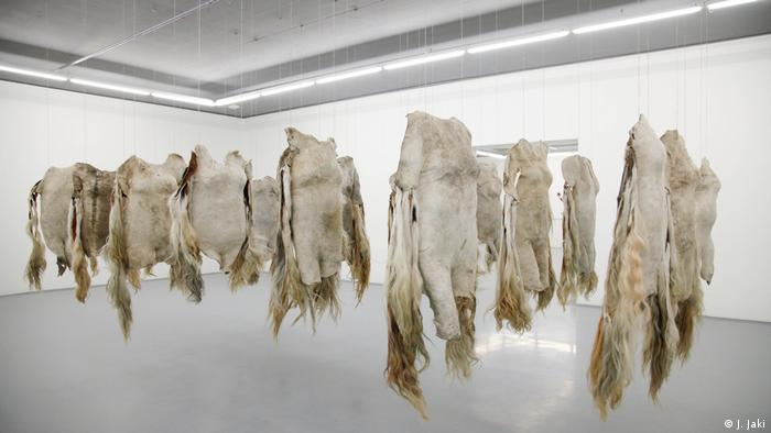 "Emabutfo"",an installation of cow hides (MOCAA) in Kapstadt (Foto: J. Jaki)"