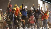 Socorristas celebran el rescate de un sobreviviente en Ciudad de México