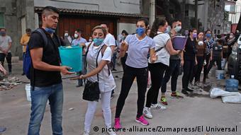 Moradores da Cidade do México fazem cadeia humana para remover escombros