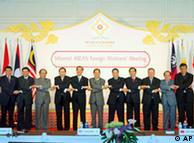 东盟各国领导人在峰会上手牵手表示共度难关