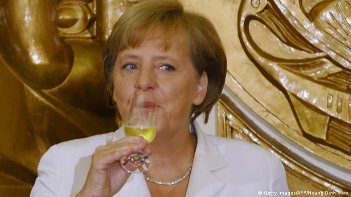 Ангела Меркель пьет шампанское