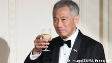 Singapore Lee Hsien Loong mit Getränk