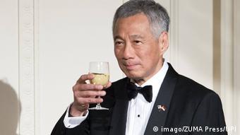 Singapore Lee Hsien Loong mit Getränk (imago/ZUMA Press/UPI)